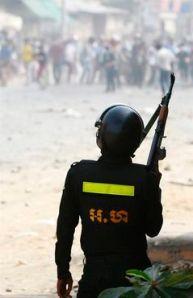 kambodschanischer-bereitschaftsbulle-mit-gewehr